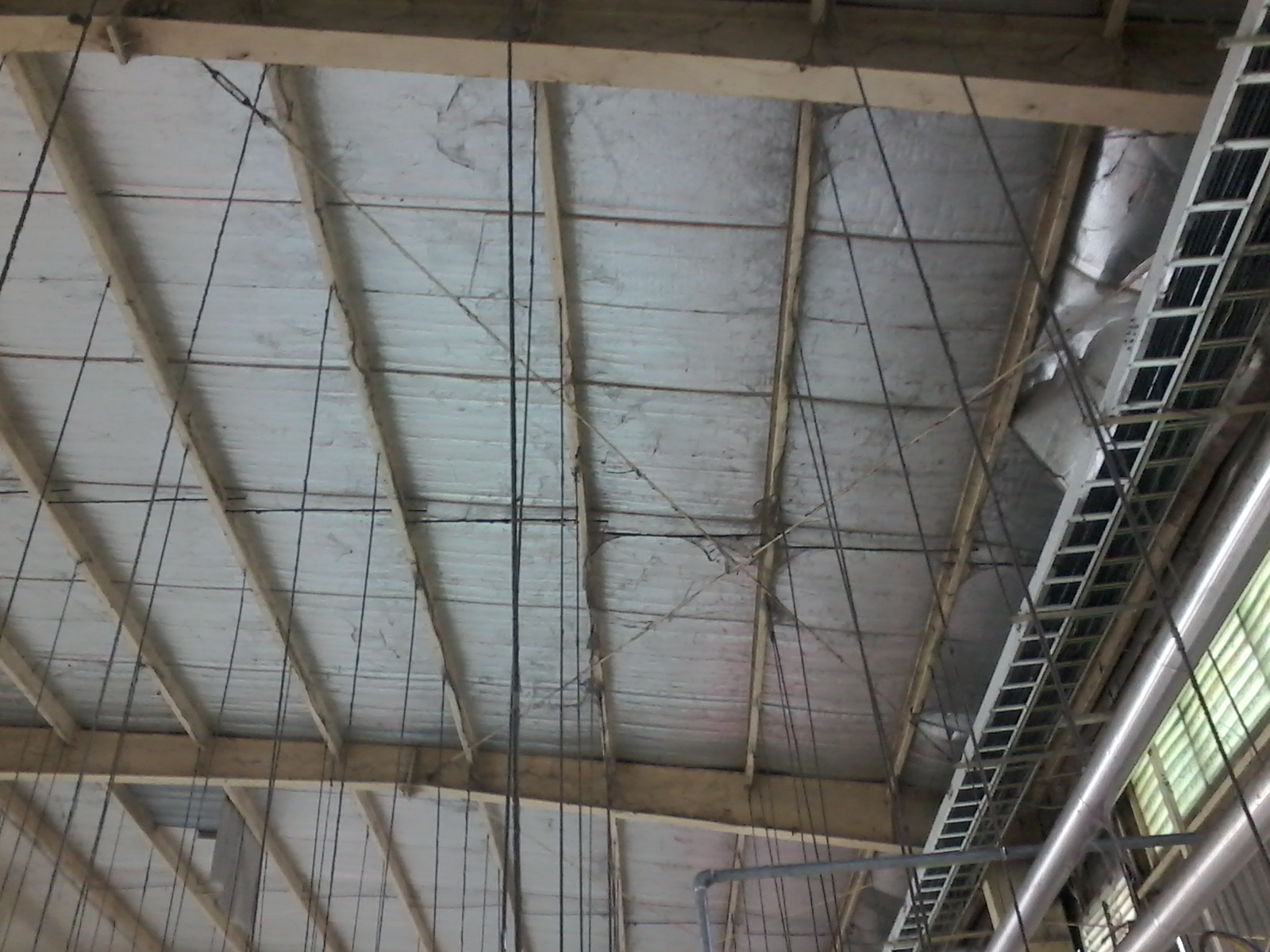 Bụi bẩn trần nhà xưởng
