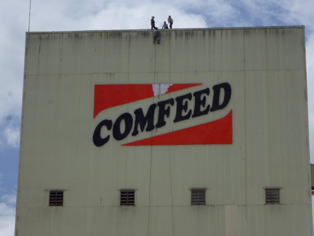 Rửa vách mặt ngoài xưởng ComFeed